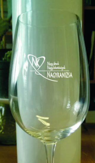 Minőségi borokat, minőségi pohárból.